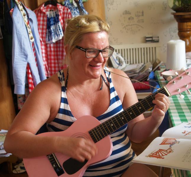 Nina spelar sommarvisa